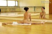 Голая гимнастка разминается