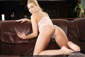 Сексуальная красотка на кожаном диване