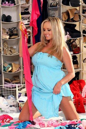 Фигуристая блондинка в гардеробной