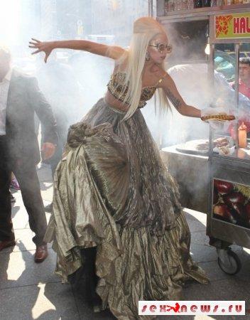 """Леди Гага """"грохнулась"""" возле тележки с сосисками"""