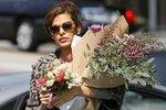 Ева Мендес в отсутсивии бойфренда засыпает себя цветами