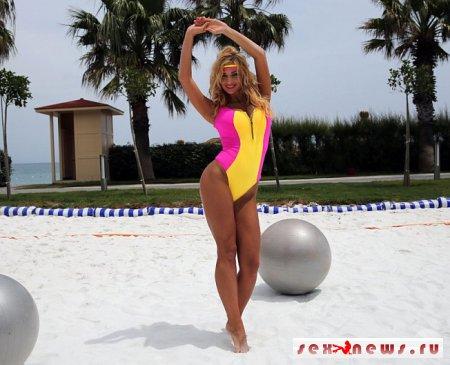 Певица Татьяна Котова провела мастер-класс по аэробике на турецком пляже