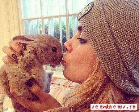 Кара Делевинь выписала для кролика няню