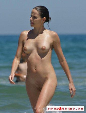 Девушки в костюме евы на пляже
