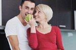 Почему молодые мужчины сходят с ума от женщин постарше