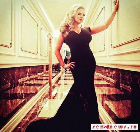 Анна Семенович показала пышную грудь в узком платье