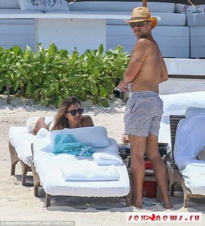 Джессика Альба показала стройную фигуру на пляже Мексики