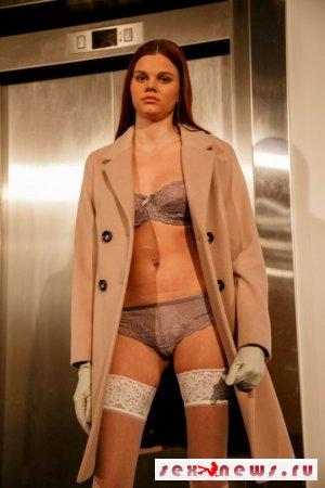 Смотрите: на показе нижнего белья в Тарту модель засветила самое интимное место