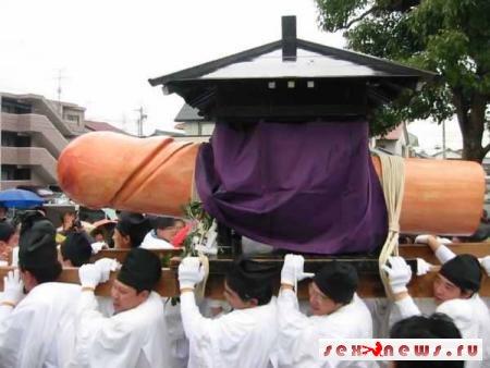 В Японии проводится фестиваль мужских гениталий