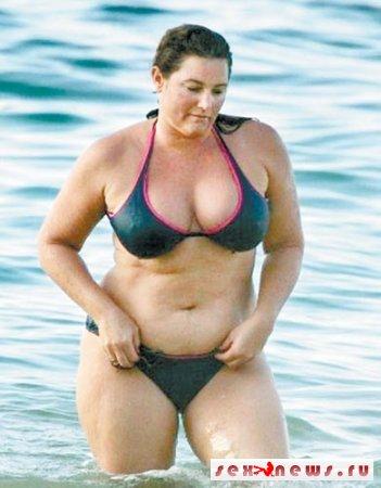 Жена Пирса Броснана шокирует формами (фото)
