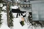 Лыжник завис на подъемнике, обнажив ягодицы