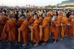 Тайских монахов отучат от