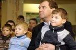 Медведев ужесточил наказание педофилам