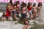 Феминисток оштрафовали за купание в фонтане голыми