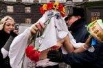 Голую женщину не пустили на день рождения Азарова