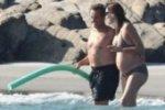 Беременная Карла Бруни загорает на пляже