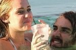 Майли Сайрус развлекается в бассейне с другим мужчиной