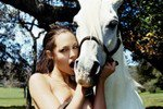 Голая и молодая: Снимки обнаженной Джоли уйдут с молотка
