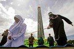 В Индонезии женщину изнасиловали за внебрачный секс