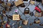 Ограждение моста Искусств в Париже не вынесло «бремени любви»