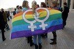 Девушки целуются, несмотря на общественный протест
