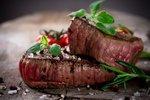 Мужчины чаще выбирают в спутницы любительниц мяса